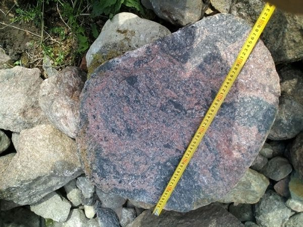šķelti akmeņi ar lielām virsmām
