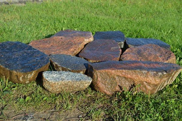 šķelti akmeņi uz pusēm