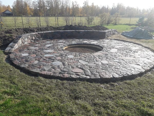 Bruģakmens ugunskura vieta ziemeļu akmens